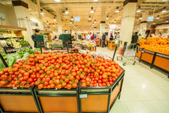 Dubai - JANUARI 7, 2014: Dubai supermarket Arkivbild