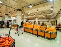 Dubai - JANUARI 7, 2014: Dubai supermarket Royaltyfri Bild
