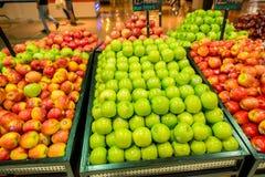 Dubai - JANUARI 7, 2014: Dubai supermarket Arkivfoton