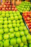 Dubai - JANUARI 7, 2014: Dubai supermarket Arkivfoto