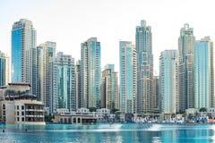 Dubai - Januari 20: Skyskrapor nära den Dubai springbrunnen och den Dubai gallerian av emiraterna med vatten och reflexioner på J Royaltyfri Foto