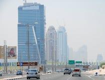 DUBAI - JULI 11, 2008: Gator av Dubai på en sommardag Mer th Royaltyfri Foto