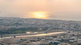 Dubai kanaltimelapse som sett under ett fantastiskt solnedgångljus med fartyg som korsar redan det lager videofilmer