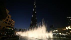 Dubai Khalifa och springbrunn arkivfilmer