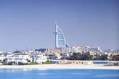 Dubai kustlinje på en solig dag Arkivfoton