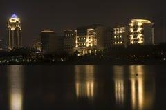 Dubai - la noche enciende reflexiones Imágenes de archivo libres de regalías