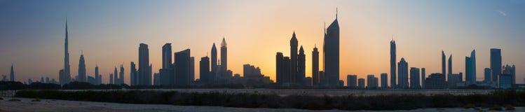Dubai - la silueta de la tarde y el horizonte del centro de la ciudad Fotografía de archivo libre de regalías