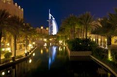 Burj Al som är arabisk på natten Royaltyfri Fotografi