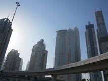Dubai-Landstraße und -Skyline Lizenzfreies Stockbild