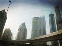 Dubai-Landstraße und -Skyline Stockfoto