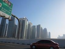 Dubai-Landstraße und -Skyline Lizenzfreie Stockbilder