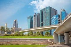 Dubai - los altos edificios y viaductos del centro de la ciudad Fotos de archivo