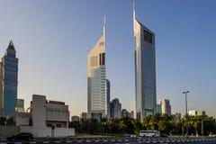 DUBAI - MAJ 11: Emirater står högt på nattetid, 11 Maj 2014 i Dubai, UAE Jumeirah emirater står högt, hotellet för staden för Dub Royaltyfri Fotografi