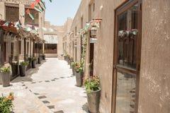 DUBAI - MAJ 05, 2016: Gata av Deira område på en solig dag Dubai tilldrar 15 miljon besökare årligen Arkivfoto