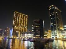 Dubai marina av nattpir 7 och Marina Mall Royaltyfria Foton