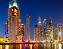 Dubai Marina, Dubai, UAE på skymningen Arkivfoton