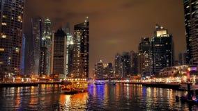 Dubai marina i natten, med fartyg och horisont stock video