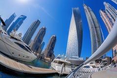 Dubai marina med fartyg mot skyskrapor i Dubai, Förenade Arabemiraten Royaltyfria Foton