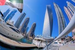 Dubai marina med fartyg mot skyskrapor i Dubai, Förenade Arabemiraten Royaltyfri Fotografi