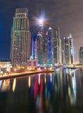 Dubai Marina Skyline por noche Foto de archivo libre de regalías