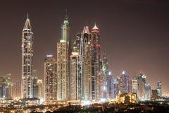 Dubai Marina Skyscrapers på natten Royaltyfri Bild