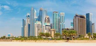 Dubai - marina står högt från stranden arkivbild