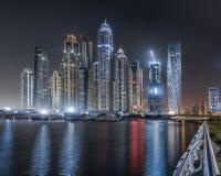 Dubai Marina Towers bis zum Nacht Lizenzfreies Stockfoto