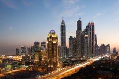 Dubai Marina Towers na noite fotos de stock