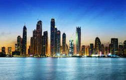 Dubai marina under skymning Arkivbilder