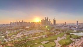 Dubai marinaskyskrapor och golfbanasolnedgångtimelapse, Dubai, Förenade Arabemiraten stock video