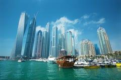 Dubai marinaskyskrapor och port med lyxiga yachter, Dubai, Förenade Arabemiraten Arkivbild