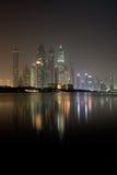 Dubai Marinaskyskrapor på natten Juni 2012 Royaltyfria Bilder