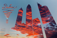 Dubai - a montagem da ilustração e do pohto dos arranha-céus e do cloudscape da noite Imagem de Stock