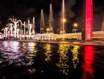 Dubai natt- och vattenreflexioner Arkivfoton
