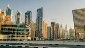 dubai No verão de 2016 Construção de arranha-céus modernos no porto de Dubai na costa do golfo árabe fotos de stock