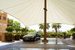 dubai No verão de 2016 Guarda-chuva enorme para carros do hotel de Sheraton Sharjah Beach Resort Spa no Golfo Pérsico Fotografia de Stock Royalty Free