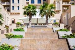 dubai No verão de 2016 Hotel moderno que constrói Sheraton Sharjah Beach Resort Spa em uns oásis verdes na costa do Arabian Fotografia de Stock
