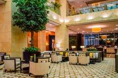 dubai No verão de 2016 Interior moderno e brilhante na casa de Grosvenor do hotel Imagem de Stock Royalty Free