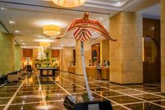 dubai No verão de 2016 Interior moderno e brilhante na casa de Grosvenor do hotel Imagens de Stock Royalty Free
