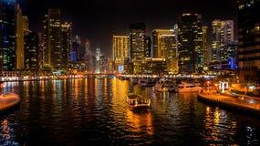 dubai No verão de 2016 Luzes bonitas da noite do porto ultramodern de Dubai nas costas do golfo árabe fotografia de stock royalty free