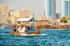 dubai No verão de 2016 O cruzamento do canal na cidade velha de Deira ao Dhow árabe velho do barco foto de stock