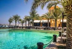 dubai Oasis merveilleuse en Ras al Khaimah La plage avec des lits pliants et des parasols à Dubaï, sur les rivages du Golfe Arabe photos stock