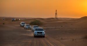 DUBAI - OKTOBER 21: Köra på jeepar på öknen som är traditionell Arkivbild