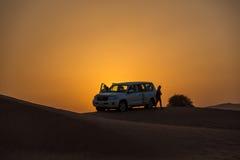 DUBAI - OKTOBER 21: Köra på jeepar på öknen som är traditionell royaltyfria foton