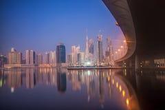 Dubai på natten med skyskrapor i Förenade Arabemiraten Arkivbilder