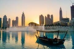 dubai Pendant l'été de 2016 Dhaw arabe sur le fond de la fontaine de chant dans le mail de Dubaï images libres de droits