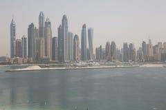Dubai, praia com uma opinião dos arranha-céus Fotografia de Stock Royalty Free