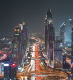 Dubai Sheikh Zayed Road Closer Look mostra a densidade destas estradas imagem de stock