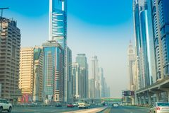 Dubai Sheikh Zayed Road - Straßen-Ansicht 15 09 Tomasz Ganclerz 2017 Lizenzfreie Stockfotos