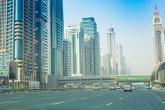 Dubai Sheikh Zayed Road - Straßen-Ansicht 15 09 Tomasz Ganclerz 2017 Lizenzfreie Stockbilder